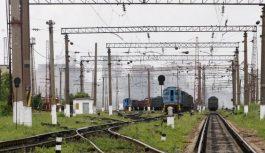 Под Киевом дерево упало на провода железной дороги — движение со стороны Ирпеня остановлено
